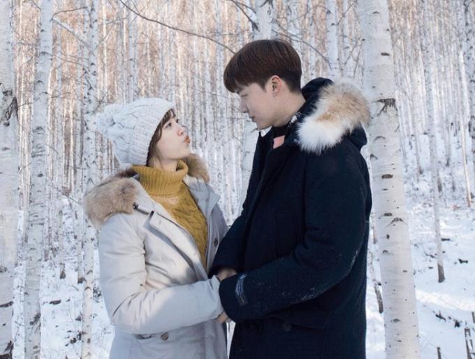 """<p> Dù không diện đồ giống hệt nhưng Goo Hye Sun - Ahn Jae Hyun vẫn khéo chọn trang phục chỉ cần nhìn là biết """"trời sinh một cặp"""".</p>"""