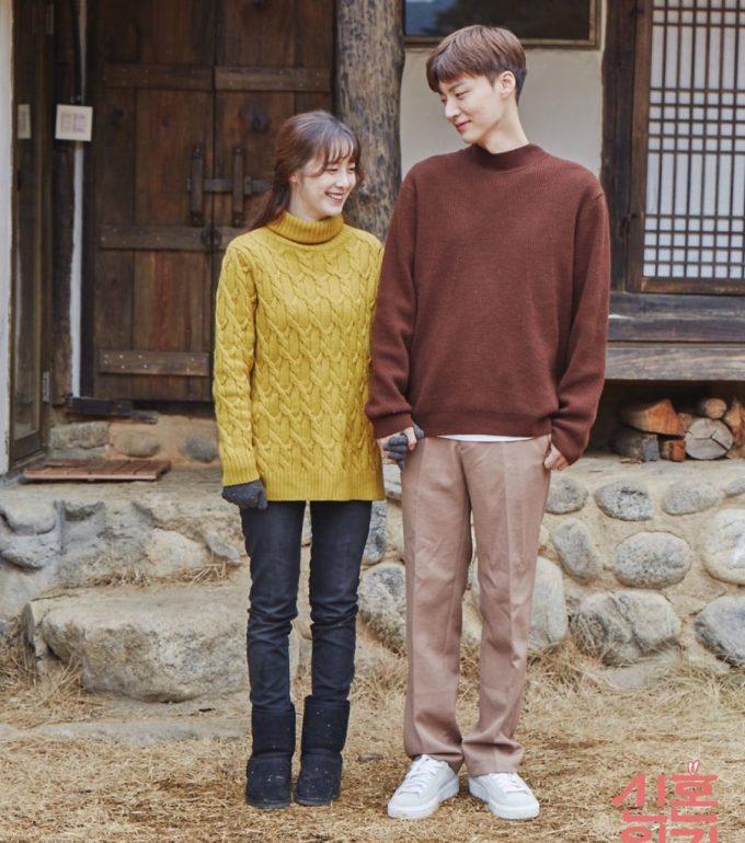 """<p> Những ngày tháng sau đó, cặp đôi chị em đắm chìm trong """"mật ngọt tình yêu"""". Không chỉ bày tỏ tình cảm qua những ánh mắt đắm đuối, những cái nắm tay khẳng định """"quyền sở hữu"""", vợ chồng Goo Hye Sun còn chứng minh tình cảm bằng đồ đôi.</p>"""