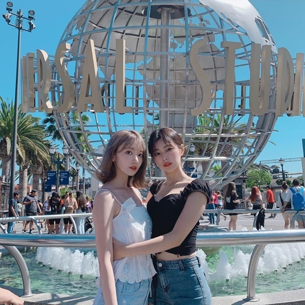 Sakura (trái) và Hye Won tạo dáng tình cảm khi đi chơi Universal Studios ở Los Angeles.