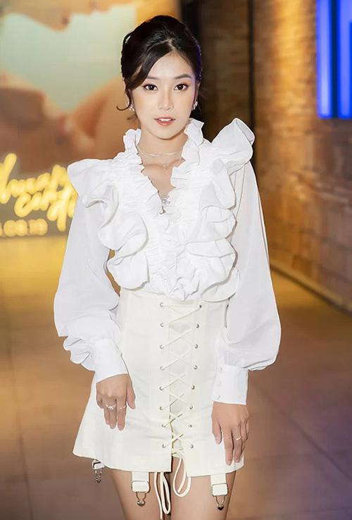 Trong một sự kiện gần đây, Hoàng Yến Chibi mới lạ khi diện phong cách tiểu thư đang là hot trend ở châu Á. Tuy nhiên lần thử nghiệm này của nữ ca sĩ - diễn viên không được đánh giá cao vì bộ cánh không toát lên được tinh thần hoài cổmà thay vào đó là sến sẩm, lỗi mốt.