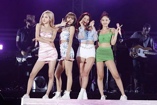 Ngày 16/8, Black Pink trình diễn ở sự kiện A-Nation tạiNhật. Trang phục diễn gợi cảm đậm phong cách mùa hè của nhóm gây chú ý với người hâm mộ.