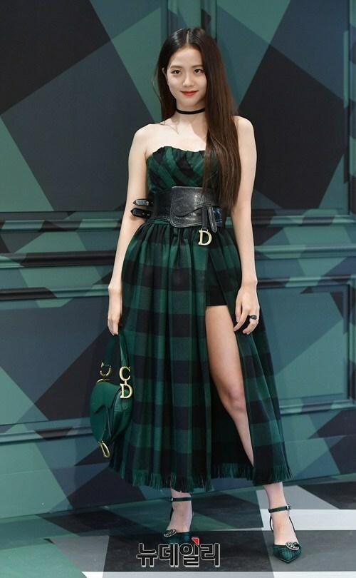 Chiều 19/8, Ji Soo xuất hiện tại sự kiện khai trương cửa hàng của thương hiệu Dior. Thành viên Black Pink diện thiết kế lộ vai trần, xẻ cao.