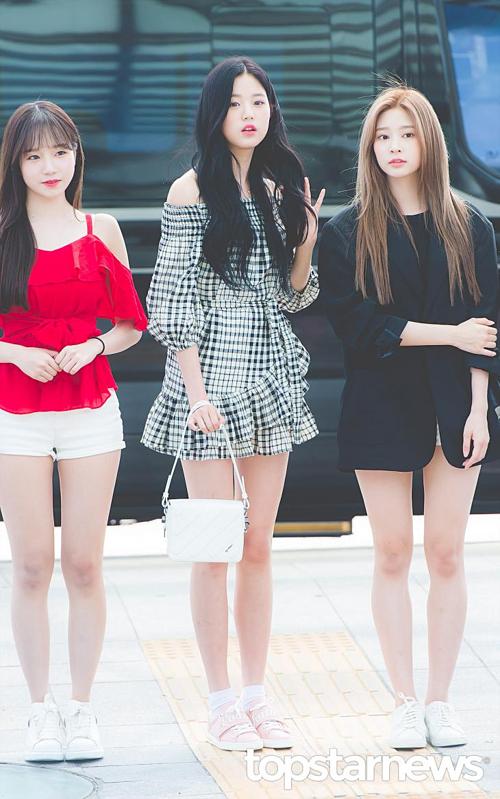 Không cần đi giày cao gót, Jang Won Young vẫn cao nổi bật so với các thành viên IZONE.