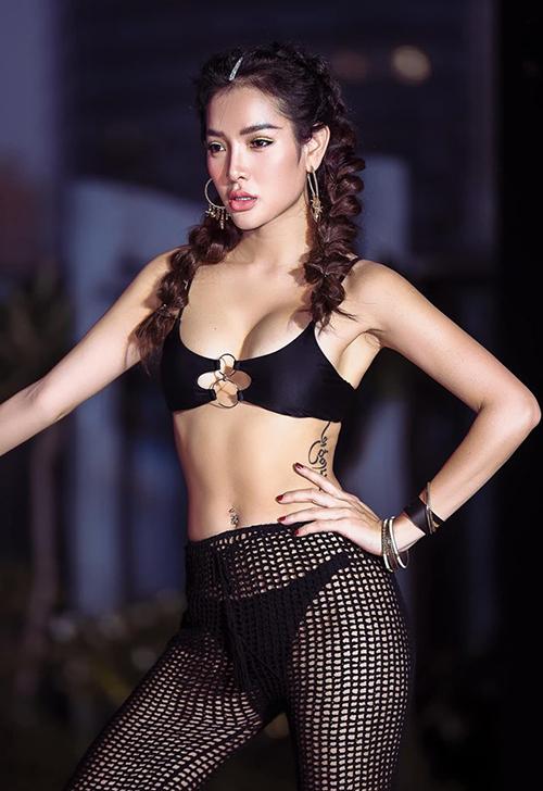 Phương Trinh Jolie mặc bikini táo bạo tham dự một buổi tiệc tối ở bể bơi.