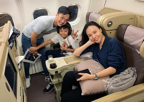 Sau nghi đi nghỉ hè ở Bangkok cùng mẹ Hà Hồ, Subeo tiếp tục được bố Cường Đô la và mẹ Đàm Thu Trang đưa đi chơi.
