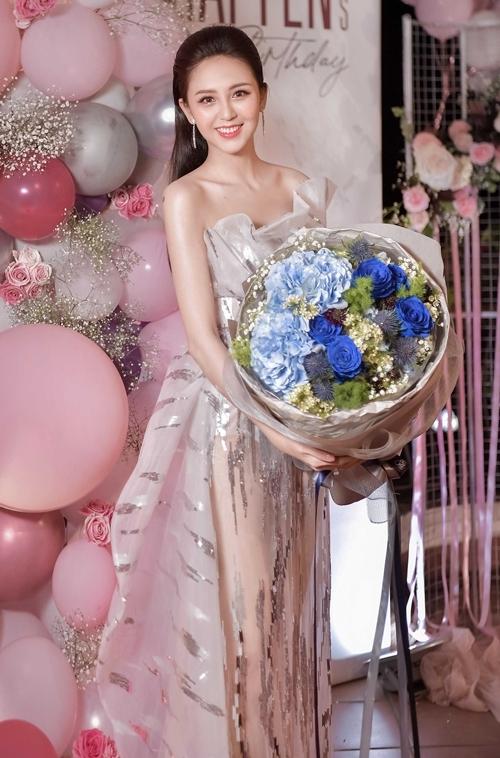 Đăng quang Hoa khôi Nam Bộ 2017, Hải Yến ít hoạt động showbiz mà tập trung cho việc học. Tối 18/8, cô được người quản lý tổ chức sinh nhật tuổi 22 tại Cần Thơ.