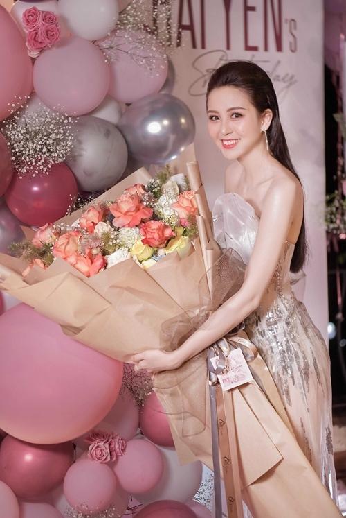 Tiệc sinh nhật của Hải Yến tràn ngập hoa và bóng bay. Ở tuổi 22, gương mặt của Hoa khôi Nam Bộ được nhận xét trẻ trung, xinh đẹp. Sở hữu thân hình mảnh khảnh, cô thường chọn thiết kế vai trần, ôm sát để khoe lợi thế vóc dáng.