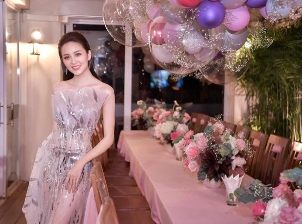 Bữa tiệc diễn ra trong không khí ấm cúng và được trang trí bằng 2000 quả bóng bay, hàng chục bó hoa các loại.