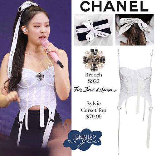 Ngày 17/8, Black Pink tiếp tục trình diễn ở sự kiện Summer Sonic 2019. Jennie mặc trang phục của Chanel, cô nàng còn sáng tạo ra cách dùng dây buộc quà để làm phụ kiện cho tóc.