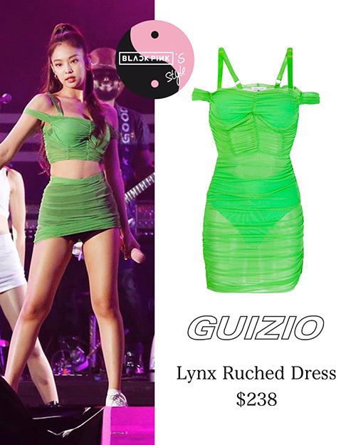 Stylist của Black Pink có sở thích cắt hàng hiệu. Người hâm mộ khó chịu vì chiếc váy xuyên thấu của thương hiệu Guizio có mỏng và gợi cảm. Jennie có khả năng lộ hàng khi biểu diễn trên sân khấu.