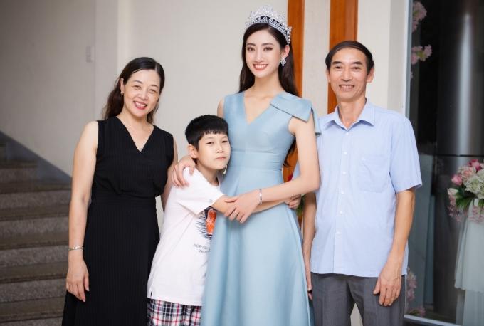 <p> Lương Thùy Linh cũng hạnh phúc khi gặp lại gia đình. Trong ảnh là bố mẹ và em trai của hoa hậu.</p>