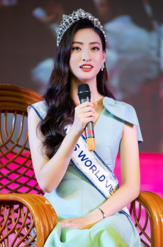 <p> Trước đó, cô có các hoạt động như về thăm trường cấp 3, tặng quà tại Trung tâm Bảo trợ xã hội tỉnh, thăm và dâng hương tại Đền thờ Chủ tịch Hồ Chí Minh, Hang Pác Bó...</p>