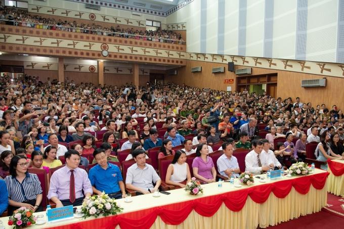 <p> Hội trường hai tầng được lấp kín bởi hàng trăm người dân.</p>