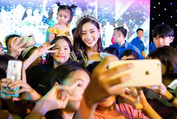 <p> Lương Thùy Linh bị nhiều người vây quanh xin pose hình.</p>
