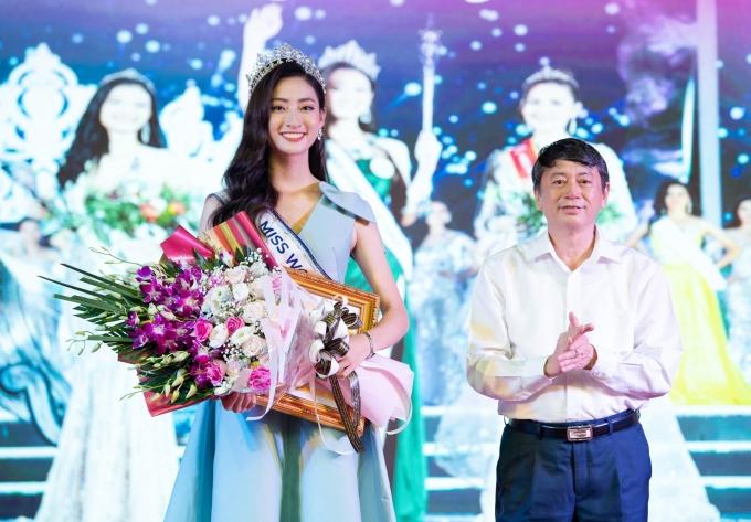 <p> Lương Thùy Linh được lãnh đạo tỉnh nhà trao tặng bằng khen cho những nỗ lực quảng bá hình ảnh quê hương.</p>