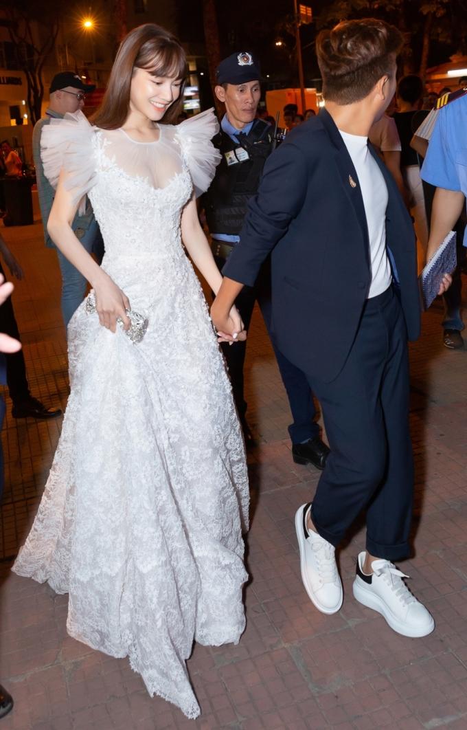<p> Trong sự kiện, Nhã Phương diện đầm màu trắng thêu hoa nổi của NTK Chung Thanh Phong, còn ông xã khoác suit trẻ trung.</p>