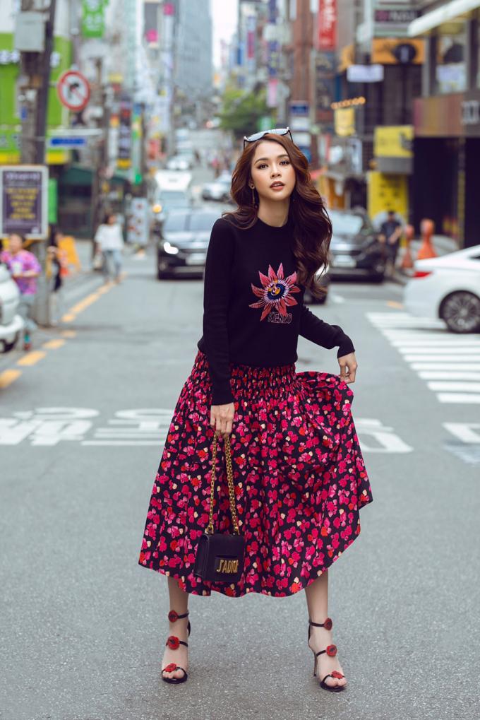 <p> Sam vừa có chuyến công tác ở Hàn Quốc. Tranh thủ khoảng thời gian rảnh, cô xuống phố dạo chơi với stress style thời thượng.</p>