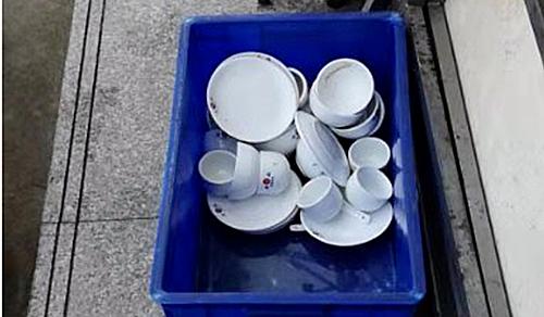 Bát đĩa của nhà hàng rửa bằng nước bẩn và không được rửa lại.