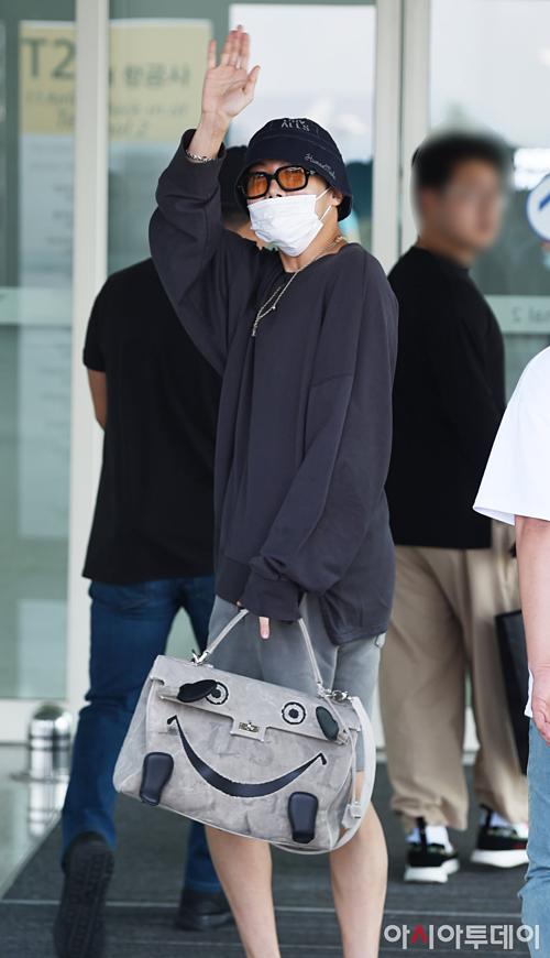 J-Hope khiến fan BTS náo loạn vì bất ngờ xuất hiện ở sân bay - 1