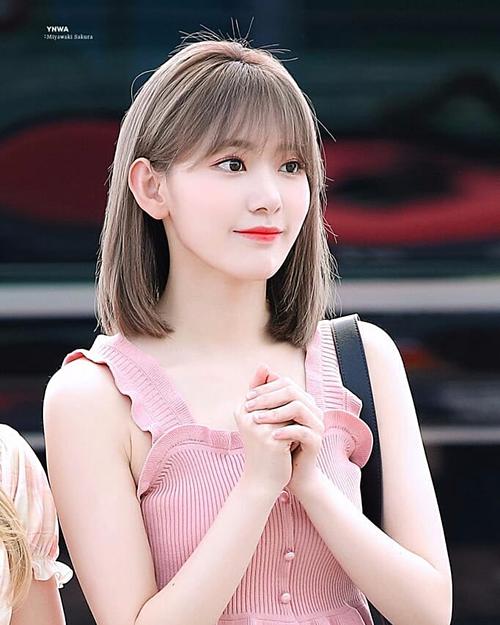 Thành viên nhóm IZONE khiến fan yêu thích vì diện đẹp những món đồ có giá cả phải chăng. Netizen Hàn không tiếc dành lời khen cho Sakura trước nhan sắc và style thời trang sân bay lần này.
