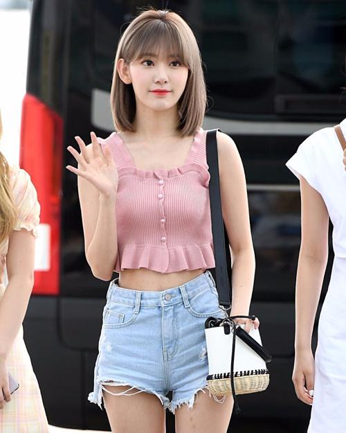 Sakura lên đồ giản dị với chiếc áo ngắn khoe eo màu hồng nữ tính, quần shorts denim, giày sneaker năng động. Cô nàng còn khéo léo kết hợp túi đeo hình chiếc xô, tạo nên vẻ ngoài trẻ trung, hiện đại. Nhiều fan nữ
