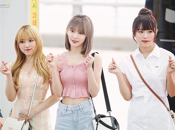 Nhờ làn da trắng cùng vẻ ngoài dễ thương, Sakura luôn gây chú ý mỗi lần ra sân bay. Mới đây, cô nàng gây bất ngờ với bộ cánh giá sinh viên.