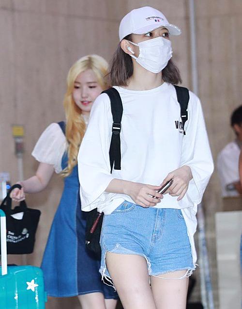 Trước đó, Sakura cũng cho thấy phong cách ăn mặc phóng khoáng, thoải mái khi thường xuyên mix áo phông và quần shorts. Chiếc áo cô nàng đang diện có giá khoảng 585k đồng.