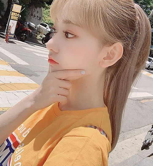 Tủ đồ của Sakura luôn không thiếu những chiếc áo giá hợp lý mà cô gái nào cũng có thể tậu về. Cô nàng từng gây chú ý khi đang diện áo phông giá 21.500 won, khoảng 412k.