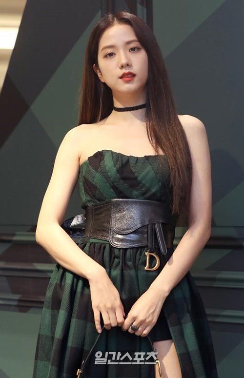 Tham dự sự kiện mới đây của Dior, Ji Soo được khen có nhan sắc nữ thần. Cô nổi bật với mái tóc suôn thẳng và chiếc váy cúp ngực khoe vai trần. Tuy nhiên, trên trang phục của thành viên Black Pink vẫn có chi tiết kém xinh, đó là chiếc thắt lưng to bản, đính logo cầu kỳ của nhà mốt nước Pháp.