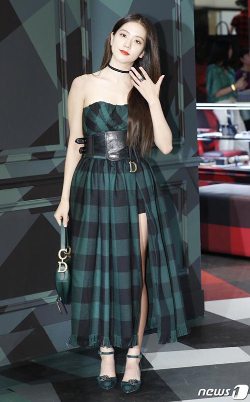 Với bộ trang phục dáng phồng có kiểu dáng đã rất nổi bật, chiếc thắt lưng bản to khiến phần eo của Ji Soo trở nên nặng nề. Nhiều netizen nhận xét, bộ cánh rất sang trọng, tuy nhiên khiến nữ idol trông nhỏ bé hơn thường lệ.