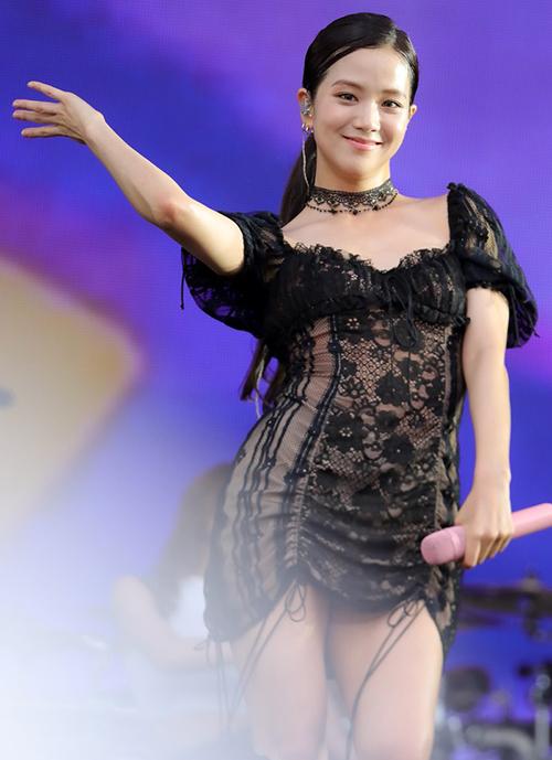 Một bộ cánh ren diêm dúa bó sát cũng khiến Ji Soo trông kém thon.