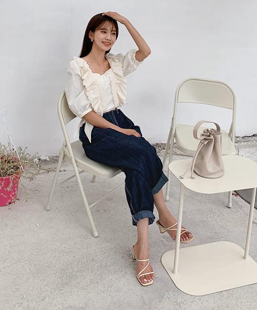 Giày dép đồng điệu màu sắc cùng áo sẽ càng giúp thân hình thêm cao ráo, đôi chân trông dài hơn.