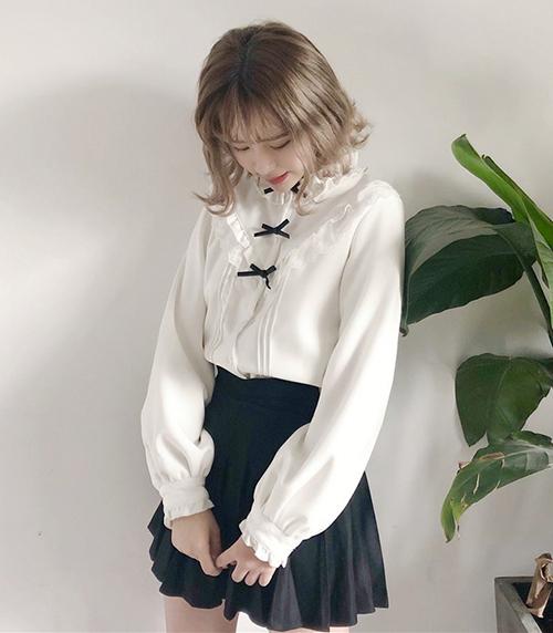 Chiếc áo sơ mi xếp bèo của Hoàng Yến Chibi không thích hợp để kết hợp cùng chân váy nhiều chi tiếthiện đại, cá tính. Để không mắc lỗi tương tự, bạn nên diện áo tiểu thư cùng những item cơ bản, có thể mix với mọi loại đồ.