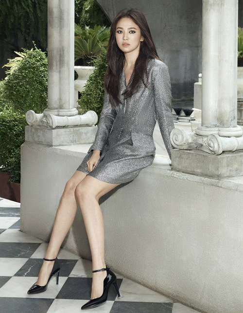 Diện những mẫu trang phục đa dạng từ kiêu sa đến cá tính, Song Hye Kyo kết hợp với lôi trang điểm mắt khói đen sì rất được cô ưa chuộng gần đây.