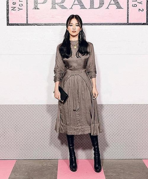 Sau khi ly hôn Song Joong Ki, Song Hye Kyo thay đổi mạnh mẽ cách trang điểm. Trong những lần xuất hiện gần đây, cô đều chuộng mốt đánh mắt đen nổi bật cả khi chụp xa.