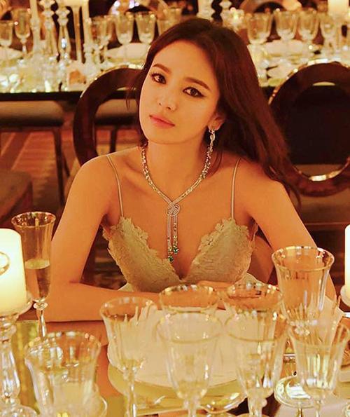 Lối makeup này có thể giúp Song Hye Kyo xây dựng hình tượng người phụ nữ mạnh mẽ, tự tin sau đổ vỡ hôn nhân, tuy nhiên lại bị nhiều người chê không phù hợp, khiến đôi mắt thiếu chiều sâu, đôi lúc giống như tượng sáp.