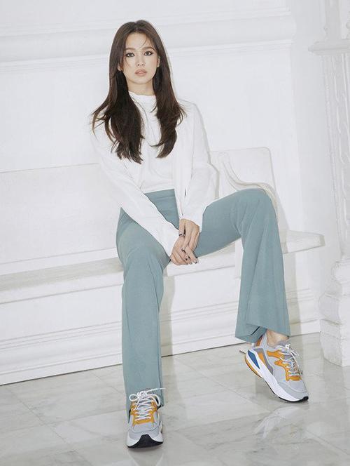 Trong các bức hình, lối biểu cảm vô hồn chục tấm như một khiến Song Hye Kyo càng nhận nhiều lời chê.