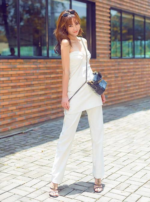 Cây đồ tông trắng giúp Lan Ngọc thêm cao ráo, mảnh mai. Ngọc nữ dùng túi xách Chanel đeo chéo để làm điểm nhấn.