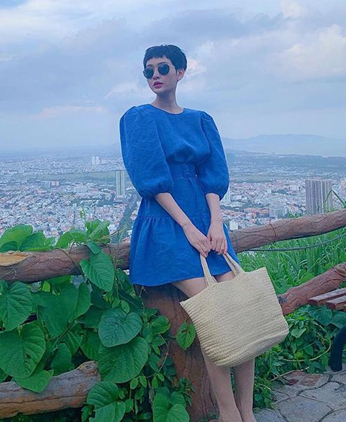 Hiền Hồ đổi gió với gu vintage khi diện chiếc váy xanh coban kết hợp túi cói.