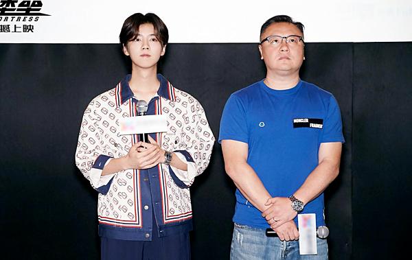Lộc Hàm (trái) và đạo diễn Đằng Hoa Đào trong buổi ra mắt phim.