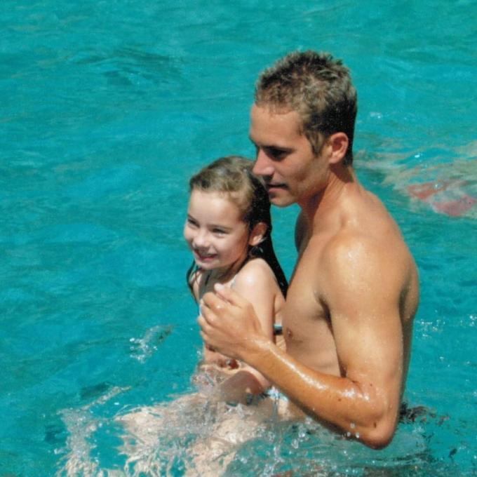 <p> Cô ở cùng người mẹ nghiện rượu đến năm 13 tuổi tại Hawaii. Năm 2011, Meadow chuyển đến sống cùng cha. Tuy nhiên, cuộc sống hạnh phúc của hai cha con diễn ra chưa lâu thì Meadow phải làm quen với việc tự lập vì biến cố của Paul Walker.</p>