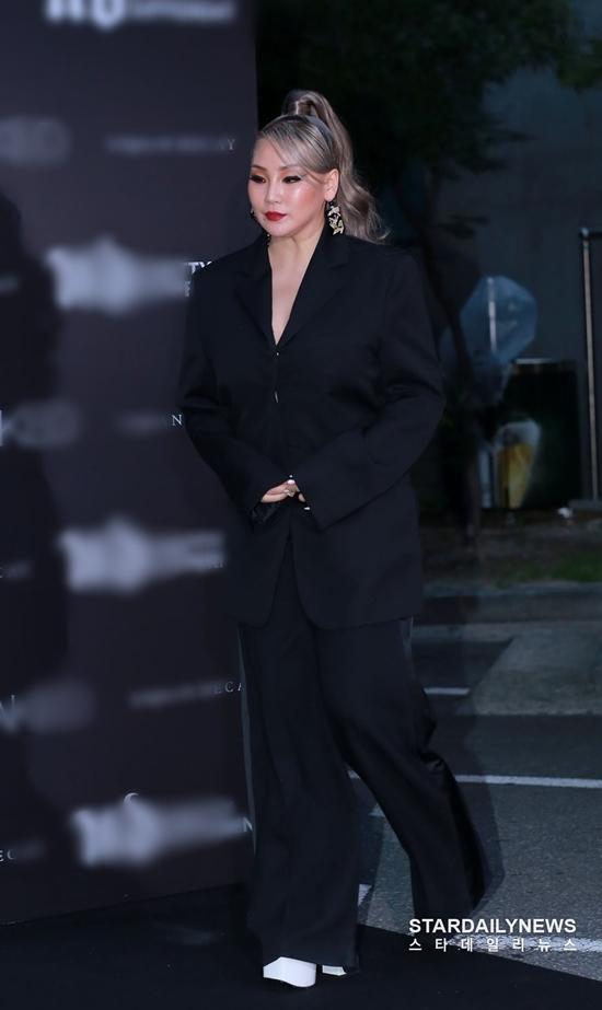 Tối 20/8, CL (2NE1) tham dự một sự kiện ra mắt cửa hàng thời trang ở Seoul, Hàn Quốc.Đây là lần lộ diện trước báo chí đầu tiên của nữ ca sĩ YG sau gầnmột năm vắng bóng.
