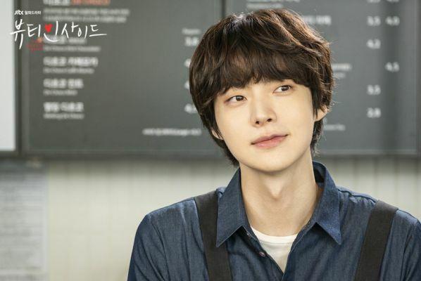 Hình tượng bảnh trai trong một vai phụ mờ nhạt khác của Ahn Jae Hyun