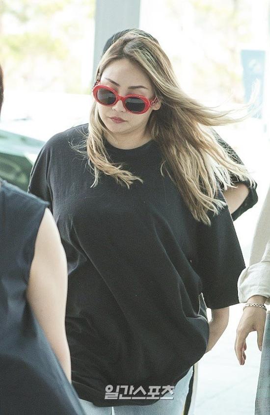 Tháng 8 năm ngoái, CL gây sốc khi xuất hiện ở sân bay trong tình trạng tăng cân chóng mặt. Nhiều fan gọi vui rằng nữ idol đã chuyển từ CL thành XL. Suốt thời gian ở ẩn, CL ít khi cập nhật hình ảnh lên trang cá nhân. Một số nguồn tin cho rằng cô sẽ sớm kết thúc hợp đồng với YG trong thời gian tới.