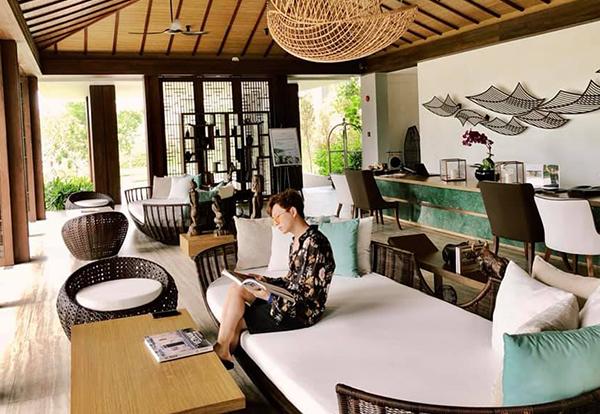 Ngô Kiến Huy đi nghỉ dưỡng ở khu resort rất sang chảnh.