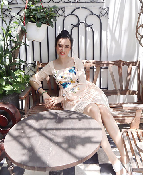 Angela Phương Trinh đã lâu mới trở lại với hình ảnh điệu đà xuống phố.