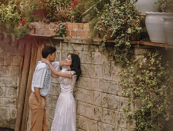 Vợ chồng Tú Vi - Văn Anh chụp ảnh tình tứđẹp như phim.