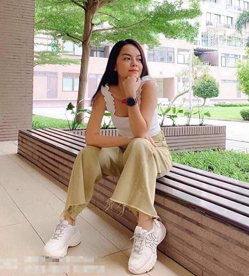 Phạm Quỳnh Anh trẻ hóa phong cách nhờ đôi sneakers hot trend. Mẫu giày củaPhạm Quỳnh Anh có tông trắng, chữ viền đen, phù hợp với những người có phong cách tối giản.