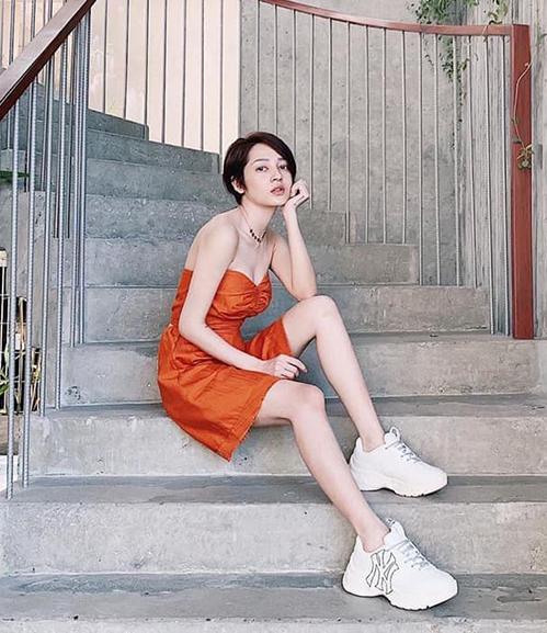 Bảo Anh tạo nên cơn sốt sau khi lăng xê mẫu sneakers Hàn Quốc. Rất nhiều cô gái tìm mua, sẵn sàng chi khoảng 2 triệu đồng (giá gốc 89.000 won - tương đương 1,7 triệu đồng) để sắm về đôi giày giống hệt.