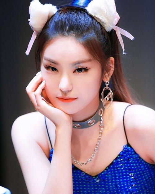 Mới đây, Yeji tiếp tục giới thiệu xu hướng đính hạt lấp lánh lên bầu mắt. Style trang điểm này giúp nữ idol tỏa sáng, thu hút mọi ánh nhìn trước ống kính. Người hâm mộ khen Yeji có hình tượng thời thượng đầy kiêu kỳ.